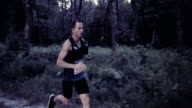 SLO, MO, DS Male marathon Läufer konkurrieren im Sonnenuntergang