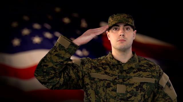 Mannelijke soldaat Salute met ons vlag achtergrond