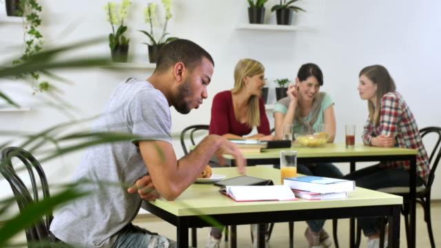MS DS männliche Schüler lernen In der Cafeteria