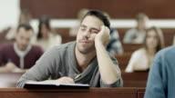 Maschio studente che dorme in aula