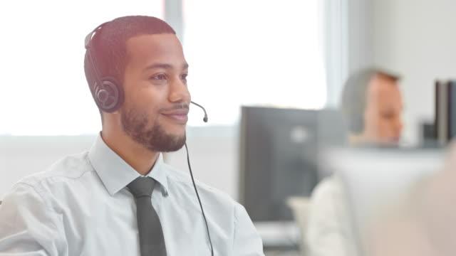 DS man technische ondersteuning telefonist in gesprek met een client