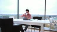 Männliche Arbeiten auf tablet PC