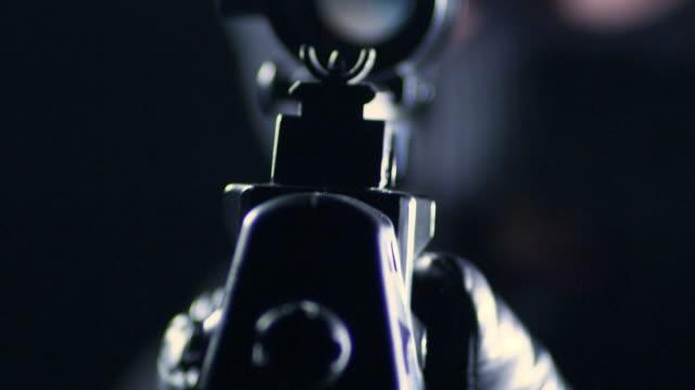 Mann Zielen mit Gewehr