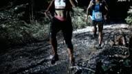 SLO MO DS uomo e donna che corrono notte trail maratona