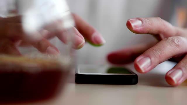 Mann und Smartphone