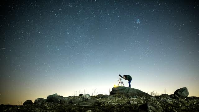Mann und Sternen
