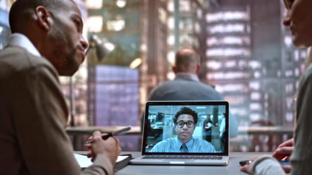 LD-Mann und Frau bei einem Videoanruf mit ihren männlichen Kollegen
