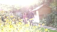 Mann und Frau zu Fuß in den Garten, Lichtreflexe, Zeitlupe