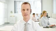 LD Mann im call-center bietet technischen support mit video an
