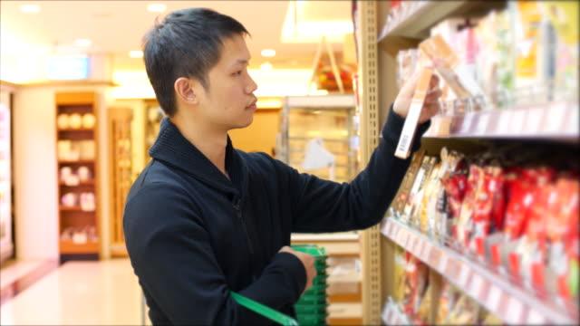 Man bij supermarkt