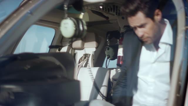 Uomo salire in elicottero