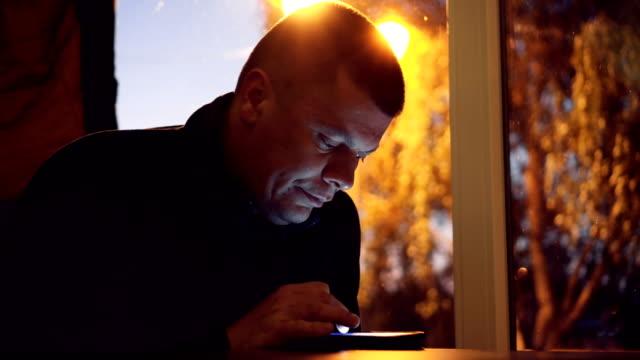 Mann Suche soziale Netzwerke