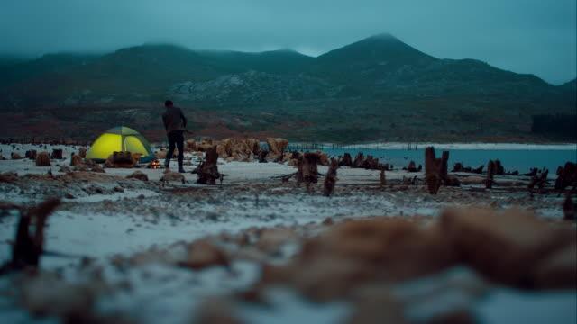 Mann Sammeln von Holz für seine Lagerfeuer