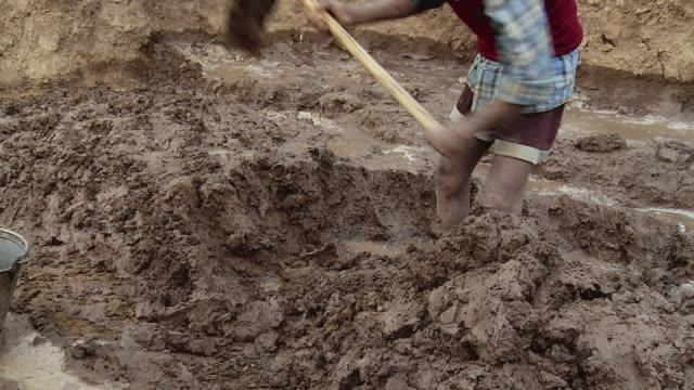 MS Man digging mud / Sohna, Haryana, India