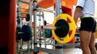 Mann macht deadlift im Fitnessraum