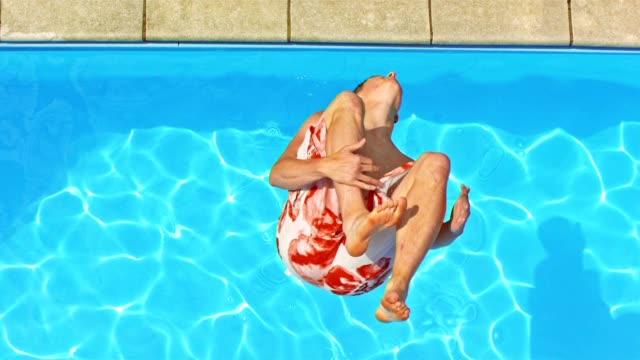 SLO-MO CS Mann einen Salto rückwärts in den pool