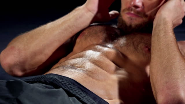 Mann macht Sit-ups und seine Bauchmuskeln trainieren