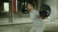 Mann seinen squats arbeitet