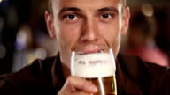 Uomo bere birra