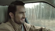 Man rijden en glimlachen