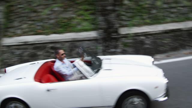 Uomo in auto cabriolet