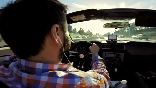 WS uomo guida Auto convertibile su un'autostrada di Los Angeles