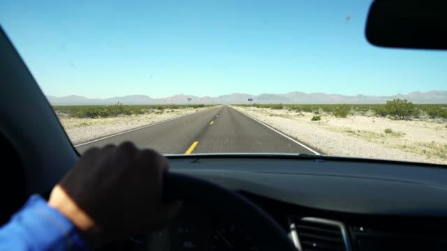 POV-Mann mit seinem Auto durch eine Wüste