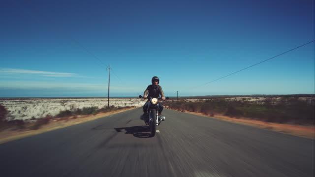 Uomo che guida la sua moto sull'autostrada