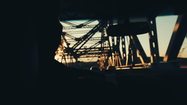 Ein Mann fahren bei Sonnenuntergang Rippen