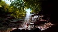 Man genieten van Glen Onoko Falls in de Lehighton State Park, in de buurt van Jim Thorpe. Pennsylvania, USA.