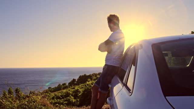 WS DS Mann Genießen Sie den Sonnenuntergang am Meer