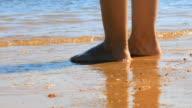 Mann Fuß stehend am Strand