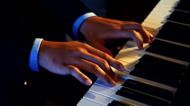 HD-CU: Mannhände auf der Tastatur Klavier spielen