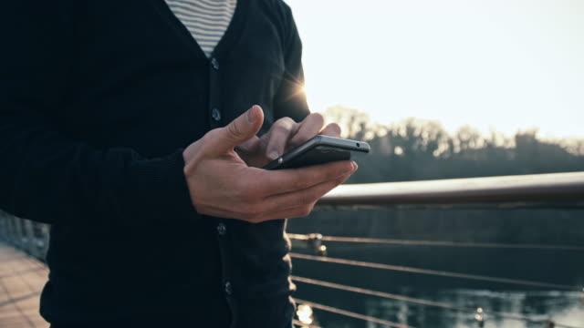 CU TS Mann Hände Eingabe SMS während Walking