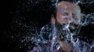SLO MO Mann hit im Gesicht mit Wasser-Ballon