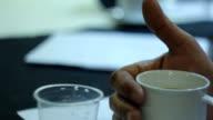 Mann mit einer Obergrenze von Tee in der Morgen-Gipfeltreffen