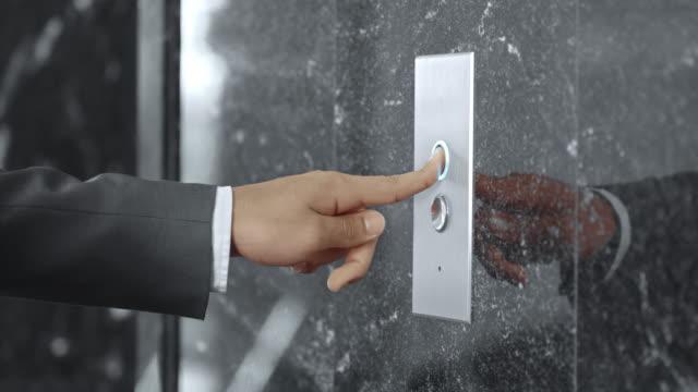 SLO, MO, DS Mann in business-Anzug bügeln Aufzug Knopf