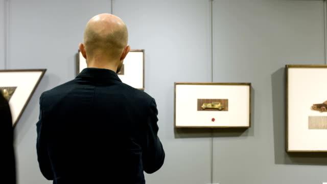 Mann In der Kunstgalerie
