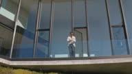 Mann vor Luxus Gebäude