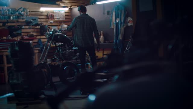 Uomo in moto workshop edificio una bicicletta