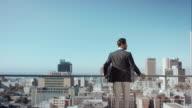 Mann in penthouse-Blick auf die Stadt