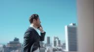 Mann spricht am Telefon im penthouse