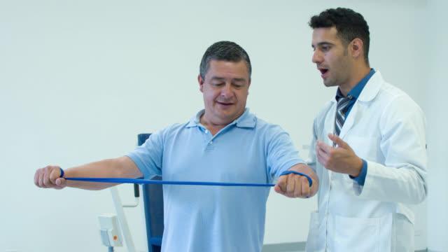 Man in fysiotherapie