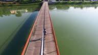 Veduta aerea di uomo jogging sul ponte in città