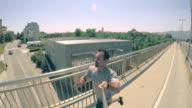 POV uomo jogging attraverso il ponte