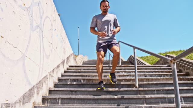 Uomo jogging al piano inferiore