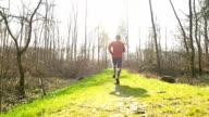 HD-SLOW-MOTION Mann Joggen In der Natur
