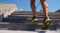 Uomo jogging al piano superiore