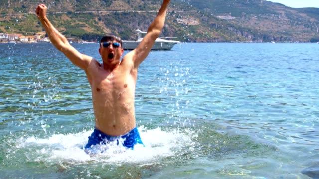 SLO MO Man springen uit de zee