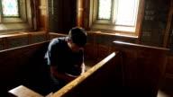 Mann kniend im Gebet